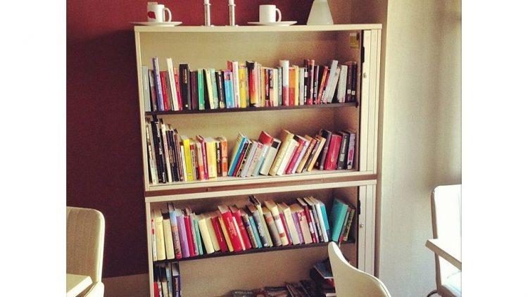 Büchertauschregale in Cafés erfreuen sich zunehmender Beliebtheit - hier das Exemplar im Eiscafé Kibo.
