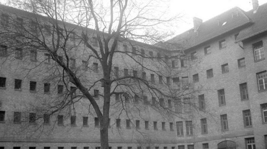 Ein Blick in das Frauengefängnis in der Barnimstraße von 1931. Die Aufnahme zeigt den Hof, auf dem die Gefangenen ihren täglichen Rundgang absolvierten.