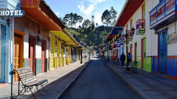 Bunte Häuserfassaden im kolumbianischen Salento. (c) pixabay.com / marcelot87