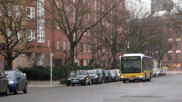 Der Bus kommt: Die BVG-Linie 247 fährt vom Nordbahnhof zum Leopoldplatz quer durch das Brunnenviertel. Im Hintergrund ist hier die Kirche St. Sebastian zu sehen.