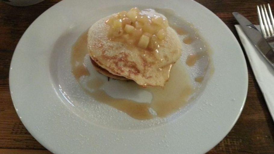 Zum Anbeißen: die Buttermilch-Pancakes an Rosinen-Apfelmus.