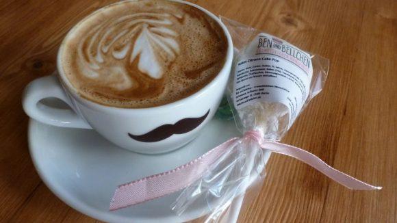 Kaffee und Kuchen in modern: Ein feiner Cappuccino in der Hipster-Tasse zum originellen Cake Pop, einem Kuchen am Stiel.