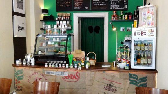 Hier fühlt man sich gleich wohl: Der Tresen im Café Sellberg.