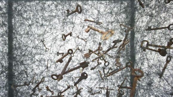 """Für das Ausstellungsstück """"State of Being"""" verwendet Shiota alte Schlüssel, die sie an den Fäden befestigt hat."""
