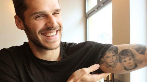 Fußballer Christopher Trimmel zeigt Tattoo: Ein Porträt von ihm und seinem Bruder als Kinder