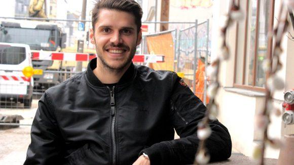 Fußballer Christopher Trimmel am Tisch vor dem Bio-Bäcker Zeit für Brot.