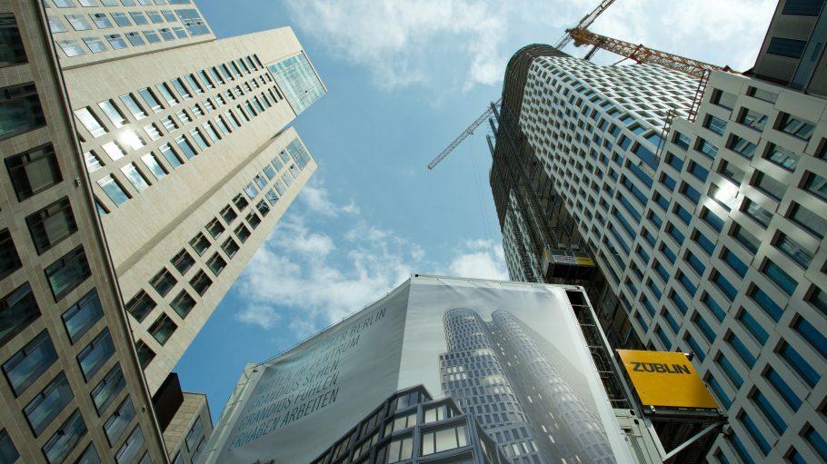 """Auferstehung City-West: Blick auf das Hotel Waldorf Astoria und das Hochhaus """"Upper West"""""""