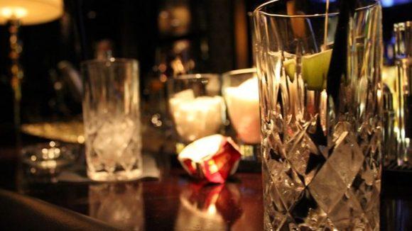 Ein Wodka Soda ist im The Liberate noch das Unspektakulärste. Teure Champagner und exoktische Cocktails sind die Spezialitäten hinter dem Tresen.