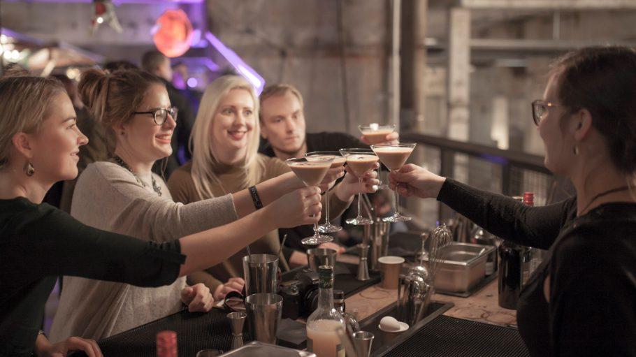 So entspannt kann die Pause beim Weihnachtsshoppen aussehen: Cocktail-Workshop mit World Class Bartenderin Lucia Schürmann (r.) am Baileys-Stand im Kraftwerk Berlin.