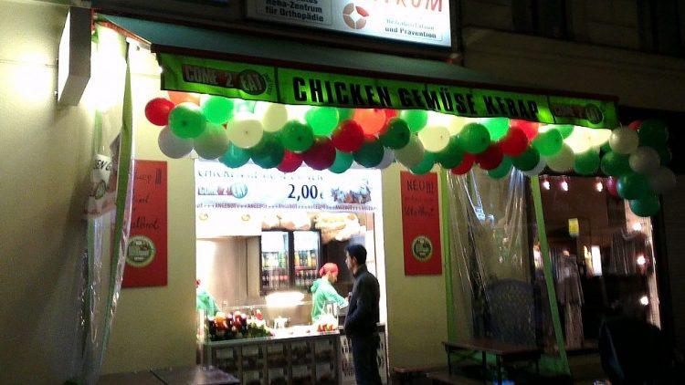 Come 2 Eat in der Bergmannstraße hat einige Sitzplätze - allerdings draußen direkt auf dem Gehweg.