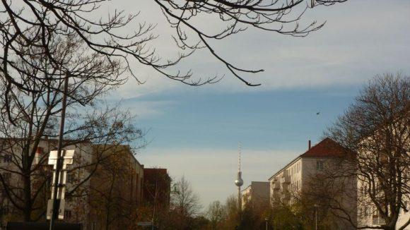 Der Volkspark Friedrichshain liegt gleich gegenüber und der Fernsehturm ist auch nicht weit.