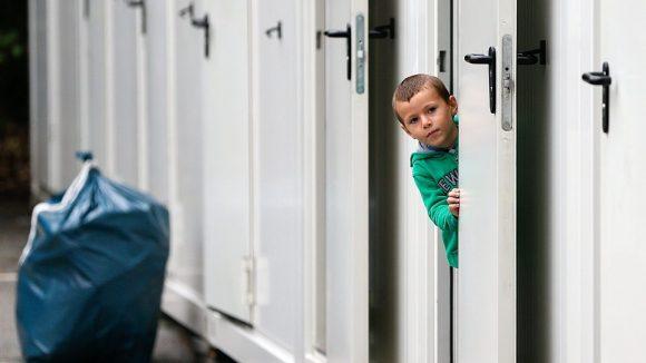 Die Unterbringung von Flüchtlingen in Containerdörfern wird von unter anderem von Grünen, Linken und Flüchtlingsorganisationen als nicht integrationsfördernd angesehen.