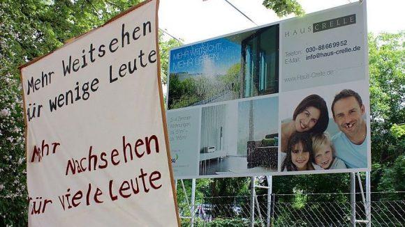 Anwohner protestieren mit Bannern gegen ein Neubauprojekt im Crellekiez.