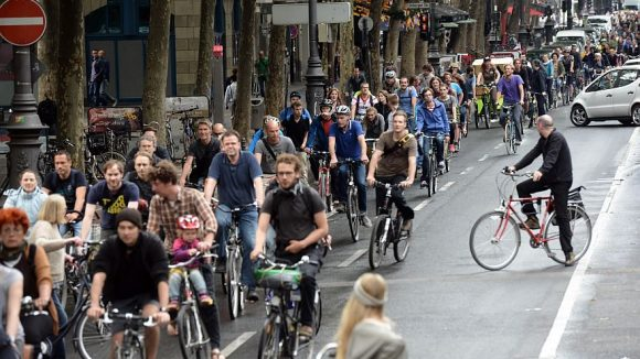 """Gemäß des Mottos: """"Wir blockieren keinen Verkehr, wir sind der Verkehr"""" radeln die Critical-Mass-Teilnehmer zu verabredeten Zeitpunkten durch die Straßen der Welt."""