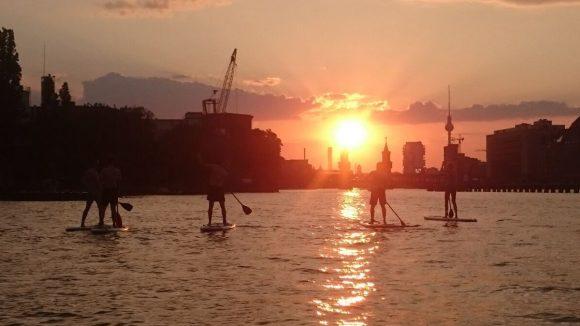 Dank Öffnungszeiten bis 21 Uhr kannst du in den Sonnenuntergang paddeln.