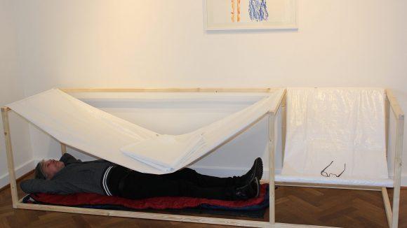 """Das """"Bett"""" von Joerg Waehner heißt """"Unterlegen"""". ©Triantafillou"""
