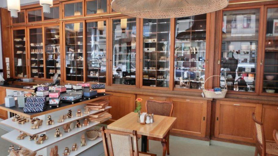 Die über einhundert Jahre alte Schrankwand im Laden der Manufaktur bietet nicht nur Raum für zahlreiche Produkte, sondern steht mittlerweile auch unter Denkmalschutz.