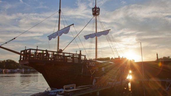 Das große Piratenschiff aus Holz ist ganz schön imposant. ©Hauptstadtfloß GmbH & Co. KG