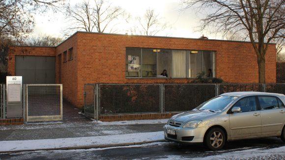 Das Mies van der Rohe Haus in Alt-Hohenschönhausen ist ein Flachbau mit Seezugang. ©Triantafillou