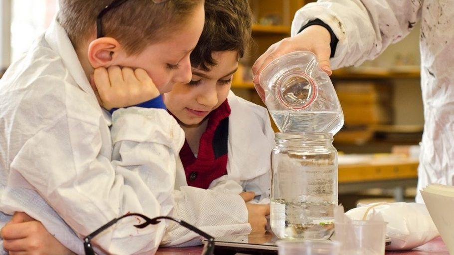 Das Mitmachlabor ist für Kinder und Jugendliche gedacht, begeistert aber auch Erwachsene, die sich für Naturwissenschaften interessieren.