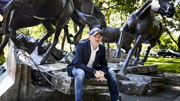 Das rasante Denkmal, an dem Dietmar Wunder pausiert, erinnert an den Mauerfall.