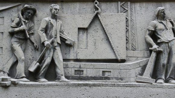 Das Relief thematisiert die Bauweise. (c) mw