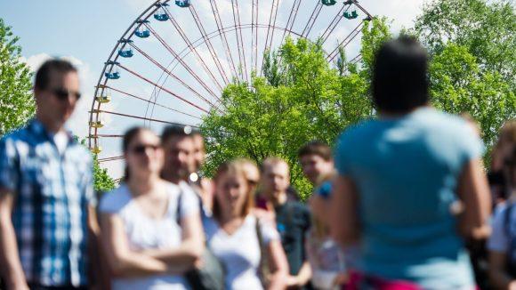 """Eine Besuchergruppe wird durch den ehemaligen Vergnügungspark """"Spreepark"""" in Berlin Plänterwald geführt."""