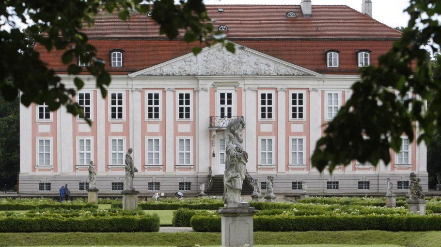 Das Schloss Friedrichsfelde liegt mitten im Berliner Tierpark und ist eines der bekanntesten Sehenswürdigkeiten im Berliner Ortsteil.