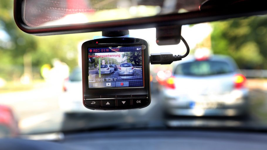Videokamera, die aus Auto heraus den Verkehr filmt.