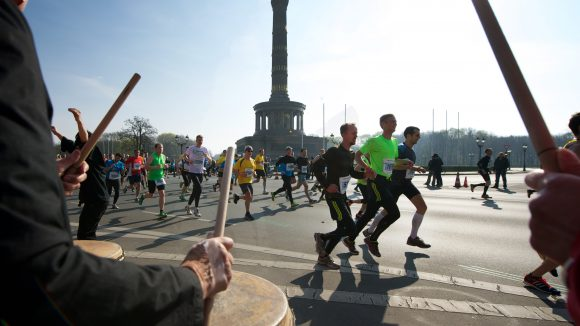 Die Strecke des Berliner Halbmarathons führt u.a. an der Siegessäule vorbei. Trommler, Musiker und Schaulustige feuern die Läufer aber entlang der gesamten 21,1 km an.