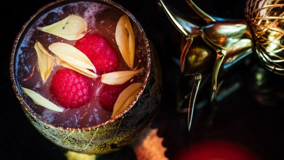 Der Jambo Colada kommt in einer goldenen Ananas daher!©Grand Hyatt Berlin