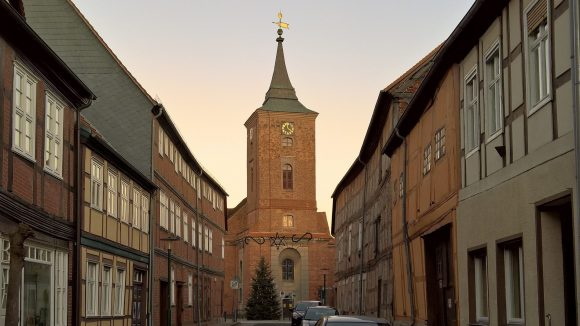 Der Ortskern von Lenzen: Fachwerk und St.-Katharinen-Kirche. ©Triantafillou