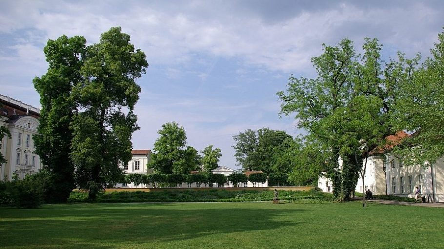 Im Schlosspark Köpenick wird heute musiziert - wie auch an den folgenden Mittwochen des Sommers.