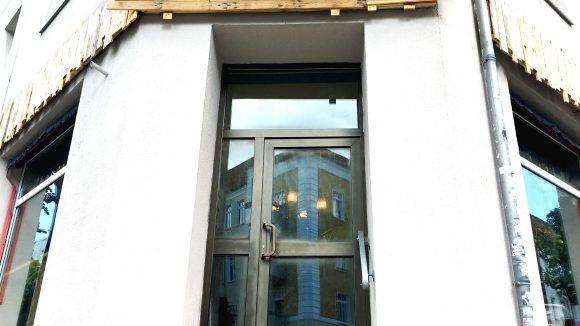 """Eingang der Bar """"Zum Schwalbenschwanz""""."""