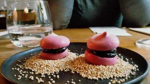 Der Start in einen langen Abend: Rote Beete-Macarons mit Malzfüllung. © Trieba