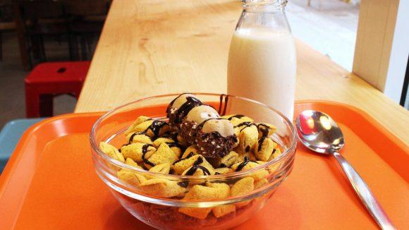 """Der Swimming Hippo: Süßes auf """"Toppas""""- und """"Lion""""-Cornflakes mit Cookies-Milch. ©QIEZ"""
