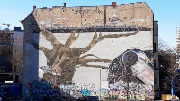 Der Weltbaum von Ben Wagin verschwindet bald hinter einem Bürohaus. ©QIEZ