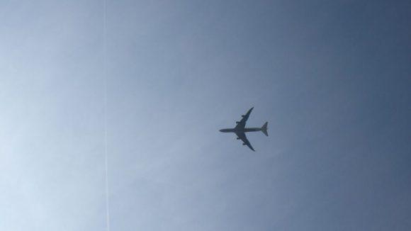 Der Flieger mit der Weltmeister-Mannschaft düst über das Brandenburger Tor