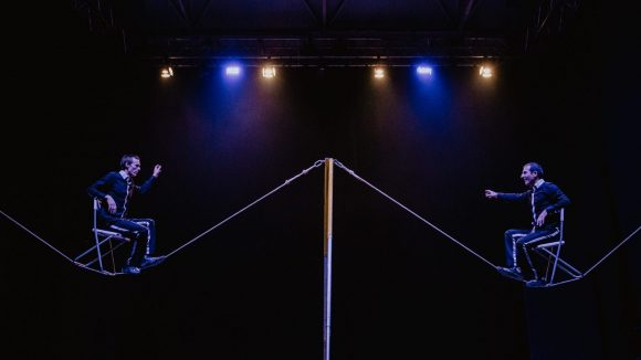Die Artisten Niko und Vito machen es sich auf dem Seil bequem. ©Malabaharia