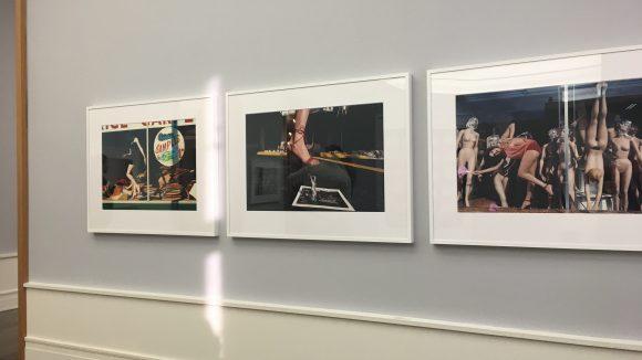 Die Ausstellung von Guy Bourdin zeigt ihn als Erzähler, Surrealist und Art Director. ©Yuki Schubert