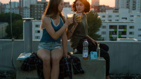 Die beiden stoßen mit Tigermilch über den Dächern Berlins an. © 2017 Constantin Film Verleih GmbH