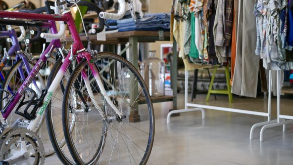 Die Bikes im Shop sind klassische Racing-Fahrräder, die meist aus den 80er und 90er Jahren stammen. ©Oooh Berlin