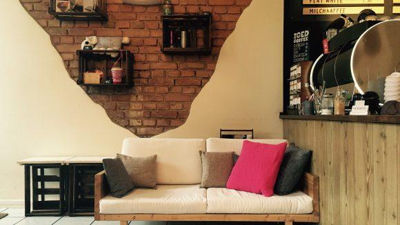Die Couch in Van Bo's Lieblingscafé Uppers in Kreuzberg.