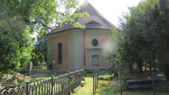 Die Dorfkirche Zehlendorf mit dem verwunschenen Friedhof.