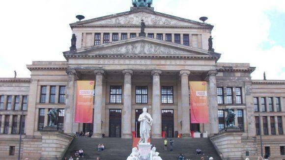 Die Front des Schauspielhauses am Gendarmenmarkt. (c) Robin Klapprodt
