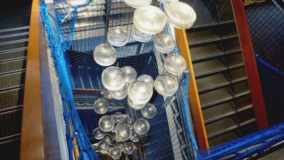 Erstaufnahmeeinrichtung LaGeSo Bundesallee 171 Treppe. Lange Netze waren die einfachste und schnellstmögliche Möglichkeit, die Treppen zu sichern.