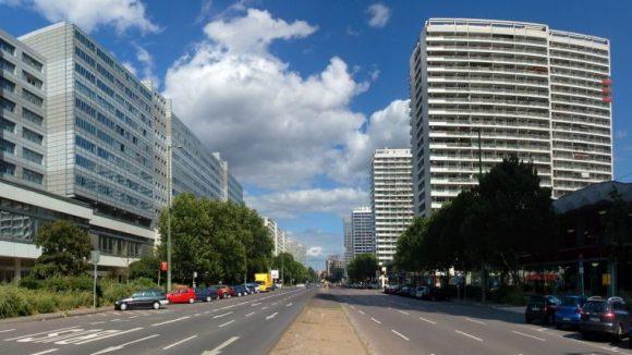 Die teilweise acht Spuren der Leipziger Straße sind für alle Verkehrsteilnehmer eine Herausforderung. Und auch am Straßenrand und in den Nebenstraßen gibt es einiges zu sehen.