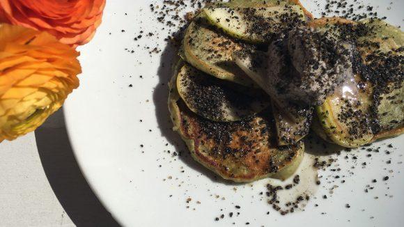 Die Matcha-Pancakes werden mit Kokosschlag und schwarzen Sesam serviert. ©Yuki Schubert