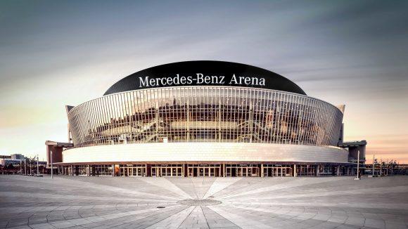 Die Mercedes-Benz Arena und ihr Vorplatz. ©picture alliance / dpa