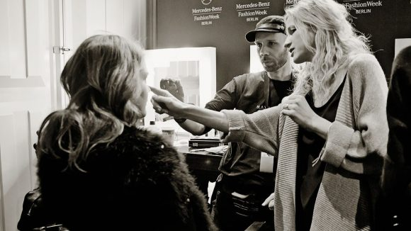 Die Modemacherin backstage im Einsatz